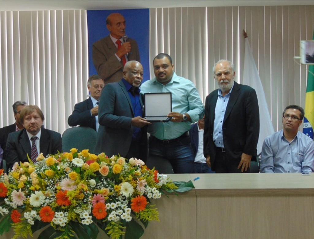 Sérgio Claudino recebe homenagem de Isaac Wallace, presidente da Federação dos Químicos RJ